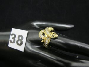 1 bague en or motif serpent orné de pierres (TD 65). PB 5,7g