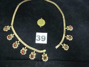 1 collier draperie, à décor floral orné de pierre rouge (L 40cm, cassé), et 1 motif style pièce (diam 1,9cm). Le tout en or. PB 13,5g