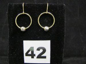 2 pendants d'oreille en or ornés chacun d'une boule ciselée mobile sur son anneau. PB 1,3g