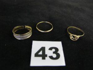 1 alliance (TD 57), 1 bague (TD 58 chaton vide) et 1 bague bicolore (cassée). Le tout en or. PB 4,5g