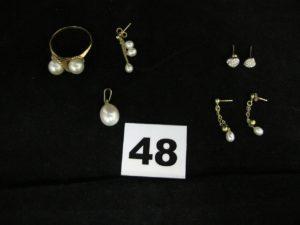 1 bague rehaussée de 2 perles, 1 pendentif perle en forme de goutte, et 1 pendant d'oreille et ses 3 petites perles en pampille. Le tout en or. PB 7g 2 puces d'oreille motif coeur orné de petites pierres (manque 1 poussette), et 2 pendants d'oreille avec petites perles en pampilles (manque 1 poussette). Le tout en alliage d'or 375/1000 (9K). PB 1,2g