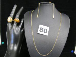 1 bague ornée d'1 camée (TD 55), 1 bague rehaussée d'une ambre en cabochon (TD 55), 2 pendants d'oreille (L 4,5cm manque 1 poussette) et 1 chaîne maille forçat (L 44cm, réglable). Le tout en or. PB 13g. Et 1 paire de pendants en métal doré ornés de pierres.