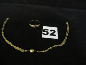 1 bague rehaussée d'une pierre rouge (TD 54) et 1 bracelet cassé maille torsadée. Le tout en or. PB 3,8g