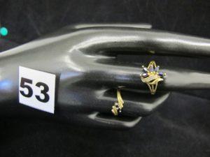 1 bague rehaussée de 5 pierres bleues taille navette et d'1 petit diamant (TD 53) et 1 bague ornée de 2 pierres bleues (TD 51). Le tout en or. PB 3,4g