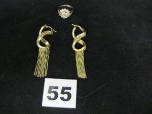 1 bague rehaussée de petites pierres (TD 55,2 chatons vides et pierre centrale cassée, et 2 pendants d'oreille signe in fini ciselé à décor de chaines en pampilles. Le tout en or. PB 9,3g