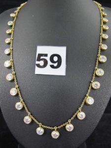 1 collier gradué en or maille forçat orné d'éléments sertis-clos de pierres blanches (L 44cm). PB 20,8g
