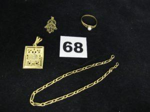 1 pendentif livre (légèrement cabossé), 1 bague rehaussée d'une perle (TD 56), 1 bracelet maille figaro (sans fermoir) et 1 pendentif main de fatma. Le tout en or. PB 7,1g