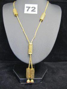 1 collier en or 880/1000 (21K) orné d'éléments coulissants, et ses 2 pierres rouge-orangées en pampille (L 52cm). PB 12,9g