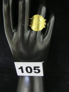 1 bague en or ornée d'un motif style pièce incurvée (TD 55). PB 4,6g