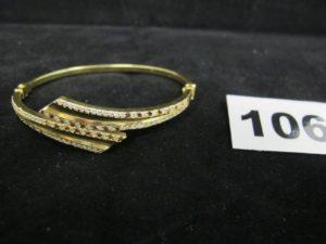 1 bracelet en or rigide ouvrant orné de pierres bicolores (L 6 x 4,7cm). PB 11,1g