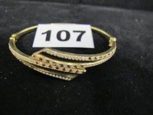1 bracelet en or rigide ouvrant orné de pierres bicolores (L 6 x 4,7cm). PB 11g