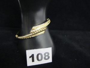 1 bracelet en or rigide ouvrant orné de pierres bicolores (L 6 x 4,7cm). PB 10,5g