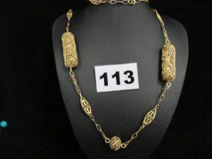 1 collier en or, maille alternée filigranée et ornée de motifs en volume ajourés (L 65 cm, manque fermoir). PB 31,8g
