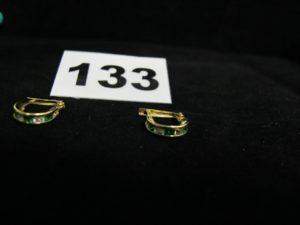 2 boucles en or rehaussées de pierres vertes et blanches serti rail. PB 1,5g