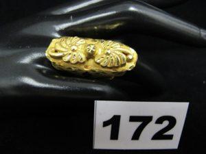 1 Bague allongée or 900/1000 (21K), ornée de motif floral en relief (TD 51, cabossée légèrment). PB 4,2g