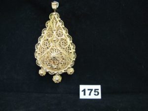 """1 pendentif en or filigrané """"meskia"""" ornée de 3 pampilles (L 13cm). PB 83,7g"""