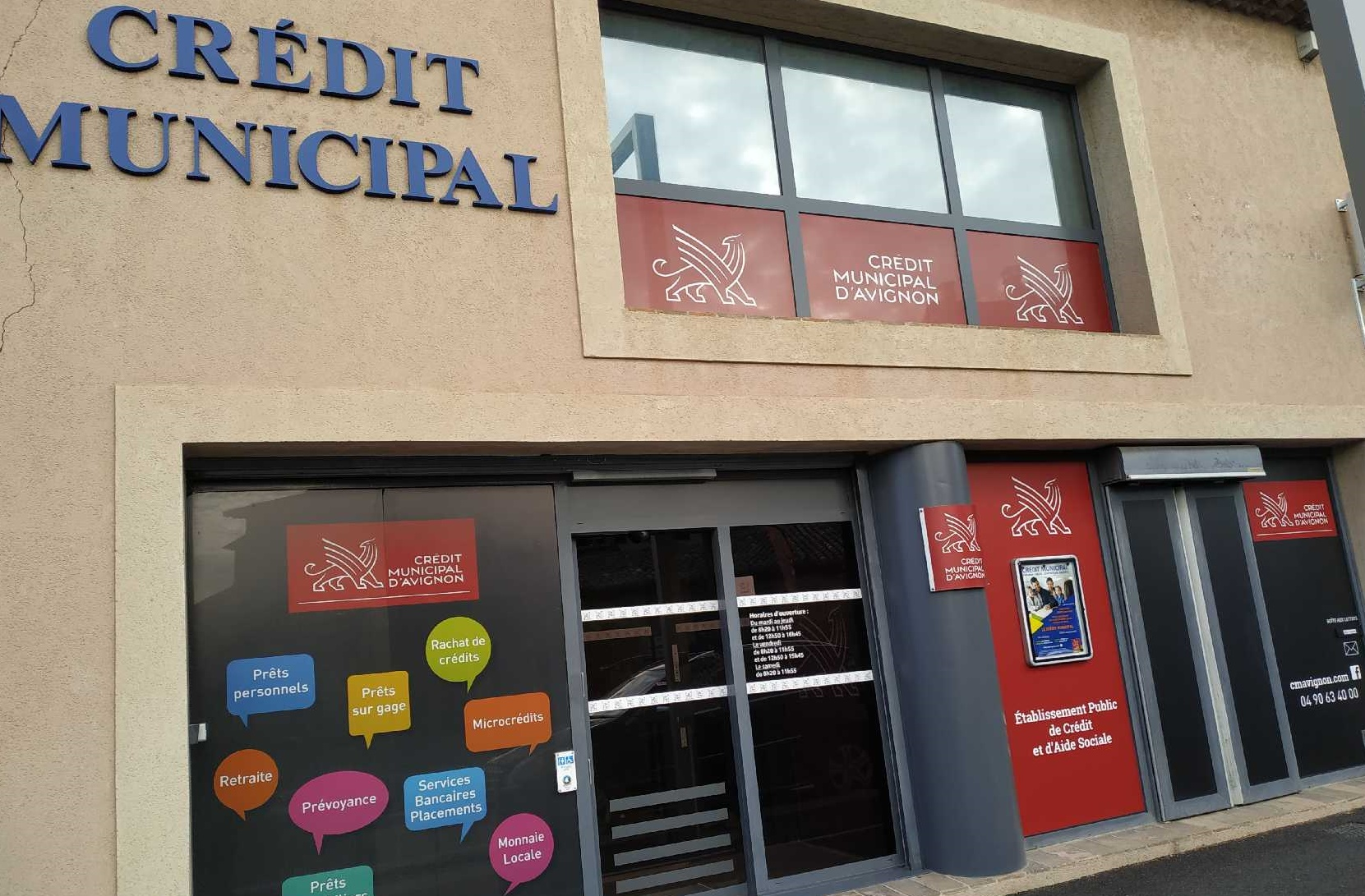 Devanture agence du Credit Municipal de Crapentras avec nouvelle charte graphique rouge et noir
