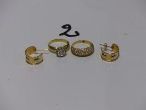 2 bagues en or (1 ornée d'un pavage de petites pierres Td56 et 1 rehaussée d'une pierre Td54) et 1 paire de créoles ouverte à décor de vis (mque 1 système). PB 10,9g