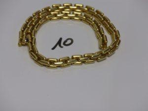 1 collier maille en damier en or (L45cm), fermoir orné d'une pierre bleue cabochon. PB 80,7g