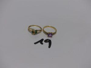1 bague en or rehaussée d'1 pierre violette épaulée de 2 petits diamants (Td56) et 1 bague en or ornée de 3 petites pierres vertes (Td56). PB 4,1g