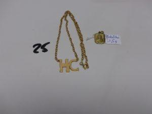 1 chaîne en or motif central initiales 'HC' (L38cm). PB 8,5g (+1 médaille en métal doré)