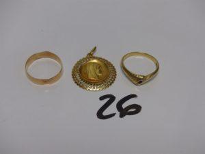 1 médaille de la vierge en or, 1 alliance en or (Td61) 1 bague en or ornée de 3 petites pierres (Td61). PB 8,5g