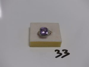 1 bague en or ornée d'1 pierre violette entourage petits diamants (Td53). PB 4,4g