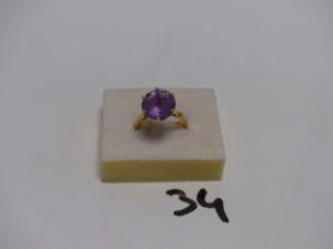 1 bague en or rehaussée d'1 pierre violette (Td54). PB 4,7g
