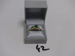 1 bague en or sertie d'1 émeraude ovale de 1 carat épaulée de 8 petites émeraudes et ornée de 50 petits diamants (Td 61). PB 5g (accompagnée d'un certificat d'authenticité)