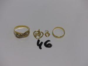 1 bague en or ornée de petites pierres (Td63) 2 pendentifs coeur en or et 1 alliance en or (Td51). PB 4,5g