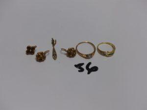 1 bague en or ornée d'1 petite perle (Td55) 1 bague bicolore en or ornée de 3 petites pierres vertes et de petits diamants (Td51) 1 paire de boucles en or à décor floral ornée d'1 perle (1 chaton vide) et 1 pendant cassé en or. PB 6,1g