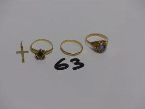 1 bague en or ornée d'1 pierre bleue ciel (Td61) 1 bague monture cassée en or ornée de quelques petites pierres, 1 alliance en or (Td58) et 1 petite croix en or. PB 6,2g