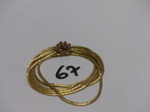 1 bracelet souple en or à 5 brins entrelacés, fermoir orné de petites pierres rouges (L19cm). PB 35,9g