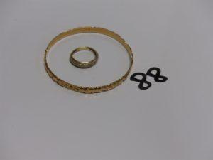1 bracelet rigide ouvragé en or (diamètre 6,5cm) et 1 bague en or ornée de petites pierres (4 chatons vides, Td55). PB 21,3g