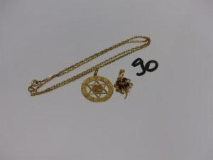 1 chaîne maille forçat en or (L48cm) 1 pendentif en or à décor des signes du zodiaque et 1 pendentif floral en or orné de 4 pierres couleur grenat. PB 11,4g