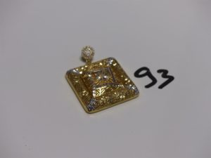 1 pendentif carré creux en or (3,4X3,4cm) à décor floral bicolore (manque pierre sur la belière). PB 9,2g