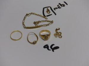 1 bracelet gourmette gravée en or(L19cm, manque fermoir) 1 chevalière gravée en or (Td50) 1 alliance en or (Td53) 1 pendentif lettre A en or, 1 bague cassée en or motif central avec petits diamants. PB 11,2g (+1 fermoir en métal)