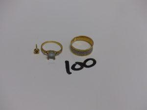 1 bague en or rehaussée d'1 pierre bleue ciel (Td53) 1 bague en or bicolore (1 peu fendu, Td60) et 1 petite boucle en or et petit diamant (manque système). PB 3,9g