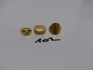 """1 bague en or pièce de 10Frs retournée (Td52) 1 petite chevalière en or lettre """"A"""" gravée (Td48) et 1 alliance ouvragée en or (Td50). PB 9,9g"""