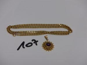 1 pendentif ouvragé en or orné d'1 pierre violette et 1 chaîne maille gourmette en or (L46cm). PB 8,9g