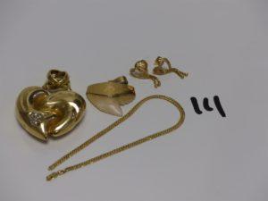 1 pendentif coeur cabossé en or orné de petites pierres, 2 boucles en or poli et granité (fermoir à vis), 1 morceau de collier en or PB 17grs + 1 pendentif gri ffe monture or 3,6g. Le tout 20,6g