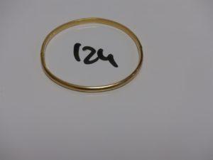 1 bracelet demi-jonc ouvrant cabossé en or (diamètre 6/6,5cm). PB 7,8g