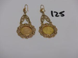 1 paire de pendants en or à motif filigrané sertie et motif central ouvragé (un peu abimées). PB 10,5g