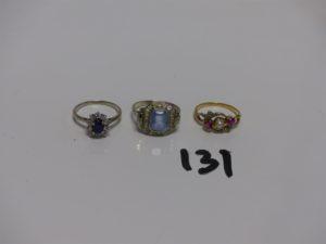 3 bagues en or : 1 ornée d'1 pierre bleue ciel (Td55) 1 ornée d'1 pierre bleue marine entourage petits diamants (Td53) et 1 ornée d'1 perle 2 pierres roses et 2 petits diamants TL rose (Td52). PB 8,8g