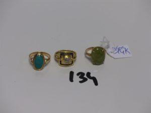 1 bague en or de forme carrée ornée de petites pierres et de petits diamants (Td48) et 1 bague en or ornée d'1 pierre verte (Td50). PB 7g + 1 bague en alliage 14K sertie d'1 pierre verte (Td48) 3,6g