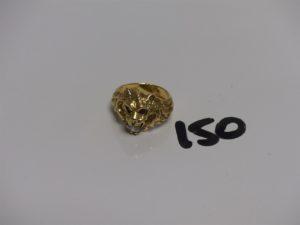 1 bague en or tête de lion ornée de petites pierres rouges et 1 1 blanche (Td49). PB 8g