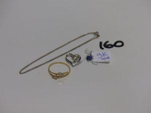 1 chaîne fine en or (L42cm) 1 bague en or ornée de 2 petites pierres blanches (Td60) et 1 pendentif coeur en or orné de petites pierres. PB 4,1g + 1 pendentif en alliage 9K orné d'1 petite pierre bleue 0,4g