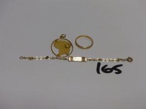 1 bracelet gourmette en or identité gravée (1 anneau en métal,L10cm) 1 pendentif en or à décor de la carte de la Guyane, 1 alliance en or (Td53). PB 6,3g