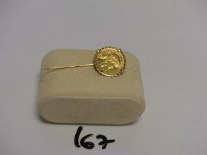 1 épingle en or serti-griffes 1 pièce de 20Frs. PB 9,7g