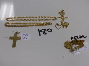 1 chaîne maille alternée en or (L46cm) 1 chaîne maille plate en or (L41cm) 2 pendentifs en or (1 coeur,1 lama) 1 croix du Sud en or PB 23,3g + 1 croix en alliage 14K (4,6g) + 1 lot en métal doré